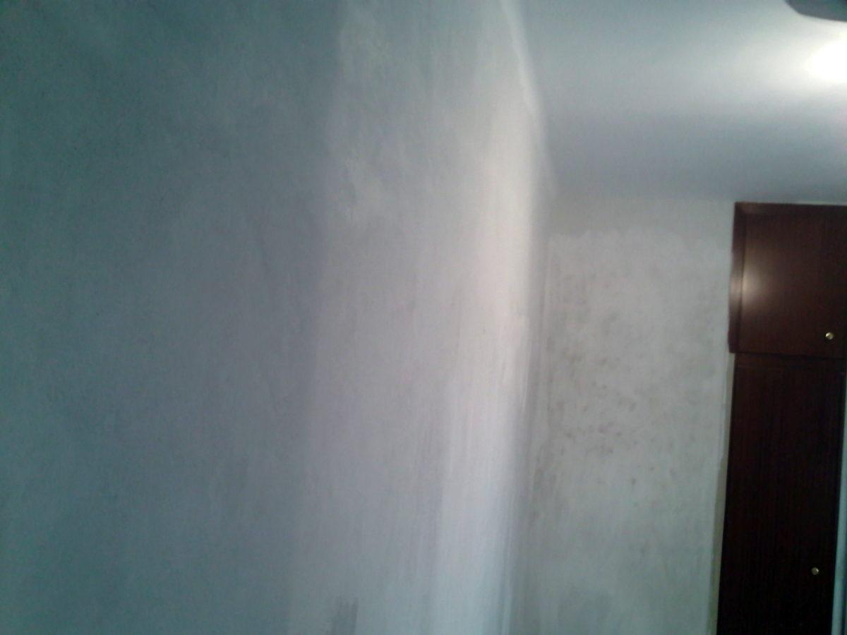 Paredes de una habitación ya sin gotelé y preparada para pintar
