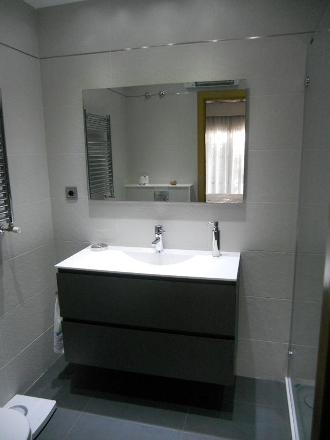 Baños Gris Con Blanco: modelo Zero, suspendido, encimera con lavabo resina y espejo liso