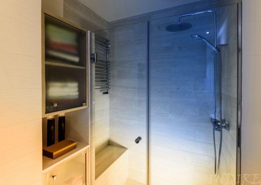 Mobiliario y banco de ducha de obra.
