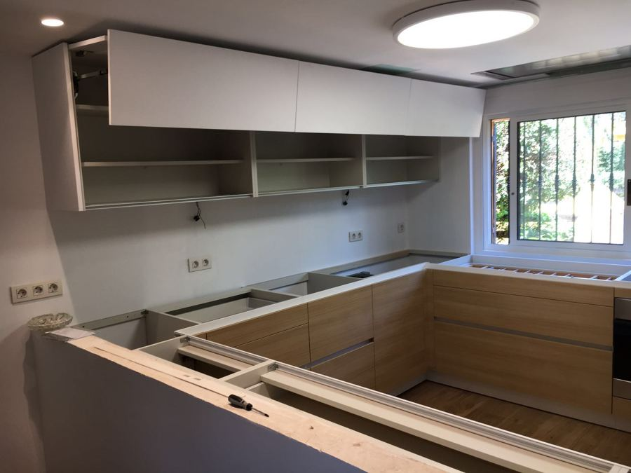 Montaje de cocina y suelo de roble natural