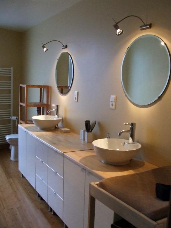 foto montaje de muebles de lavabo y dos senos de insalga