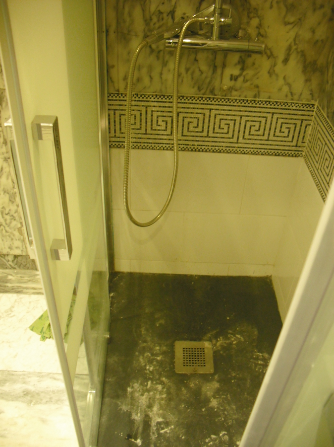 Foto montaje plato ducha mas mampara de acho 1084137 habitissimo - Montaje mampara ducha ...