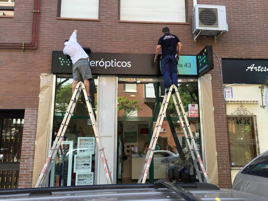 Montaje  Rótulo Luminoso + banderola - ROTUSIL - Artes Gráficas