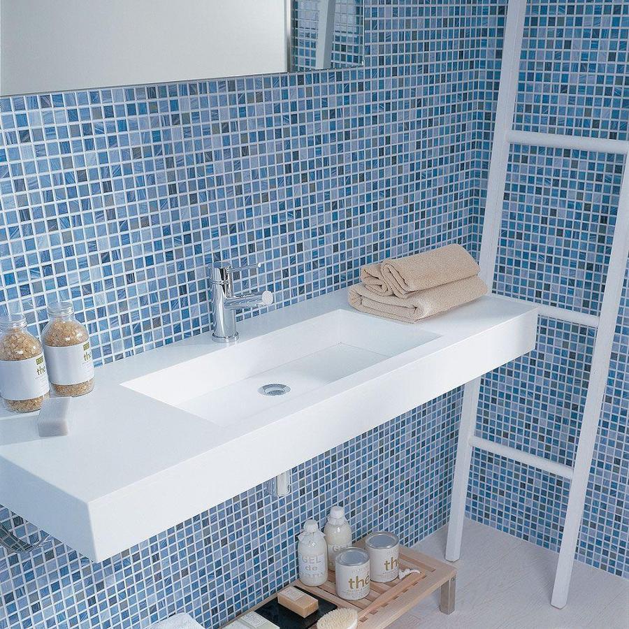 mosaico azul en el lavabo