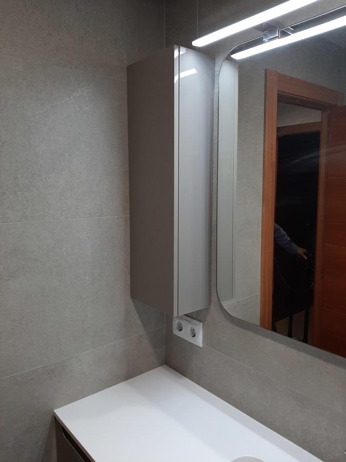 mueble auxiliar, espejo y aplique led