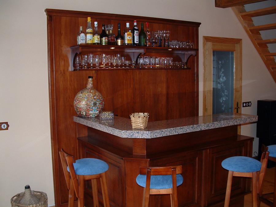 Mueble bar, fabricado a medida, en madera chapada y maciza de castaño