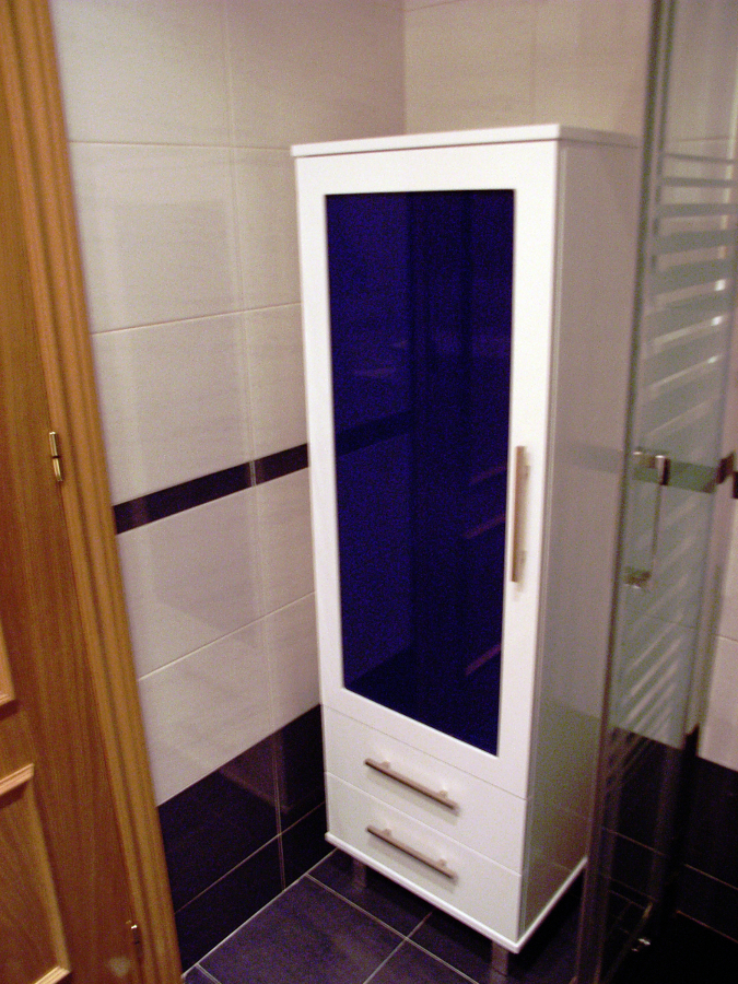Mueble columna blanca con cristal