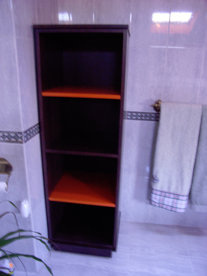 Mueble columna wengue combinado con naranja