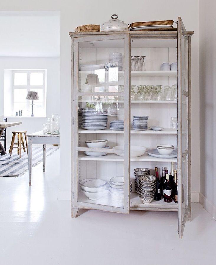 Mueble con menaje de cocina