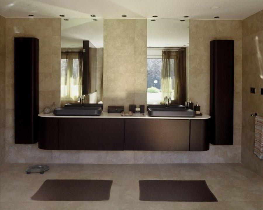 mueble de baño a medida gran formado con lavamanos en piedra