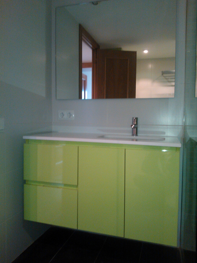 Foto mueble de ba o biforis laminado alto brillo de marc for Mueble alto para bano