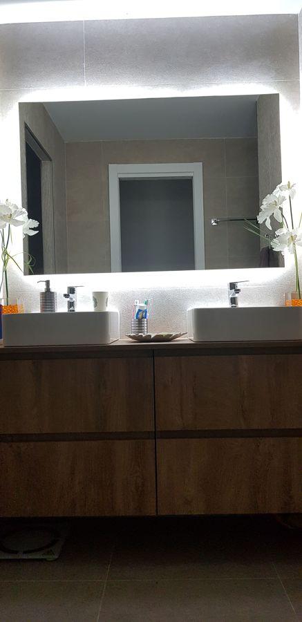 Mueble de baño con espejo retroiluminado