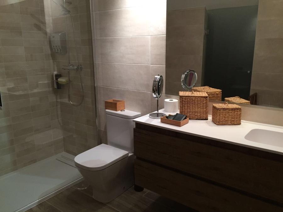 Mueble de baño e inodoro.