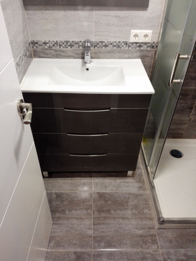mueble de baño gris