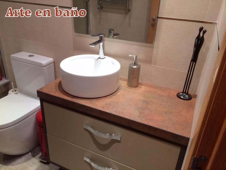 Foto mueble de ba o lacado con lavabo sobre encimera de - Muebles antiguos para banos ...