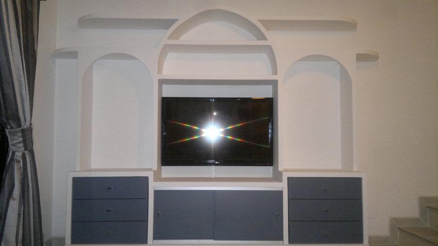 Mueble de escayola con pantalla plana instalada