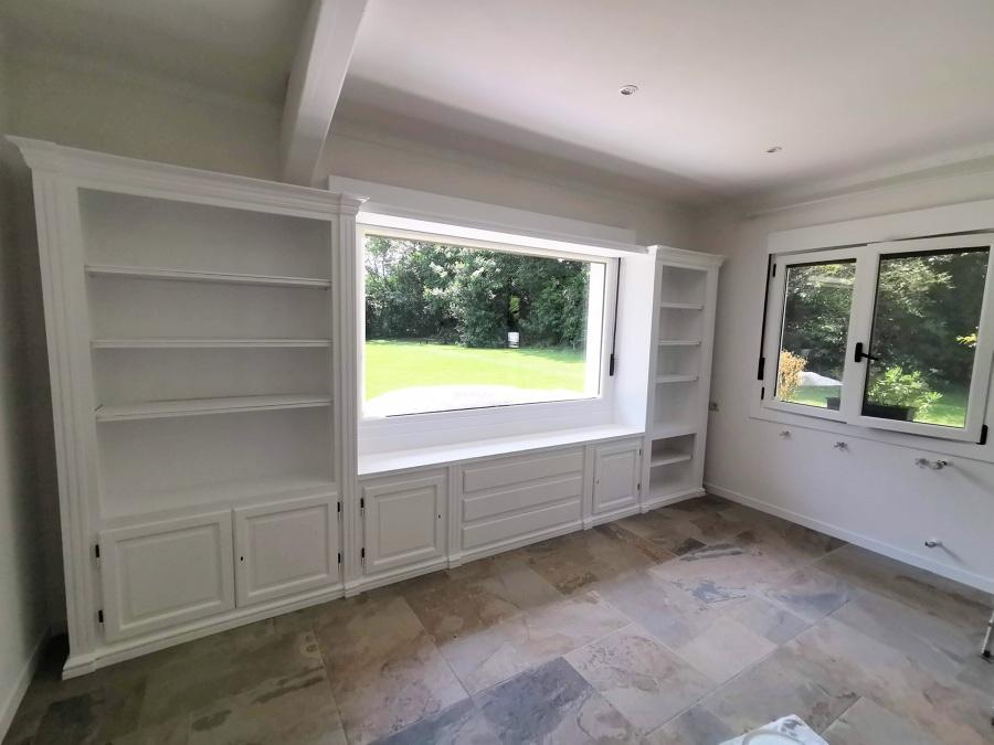 mueble de salon, y ventanas.