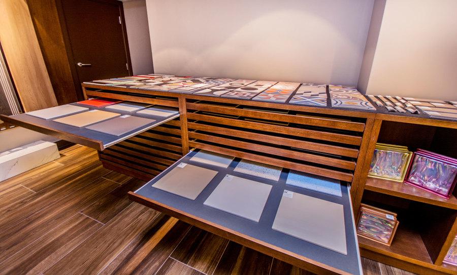 Foto mueble expositor de cer mica a medida de apersonal for Oficinas bbva albacete
