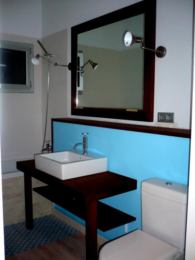 mueble lavabo a medida, con tabica para paso instalaciones