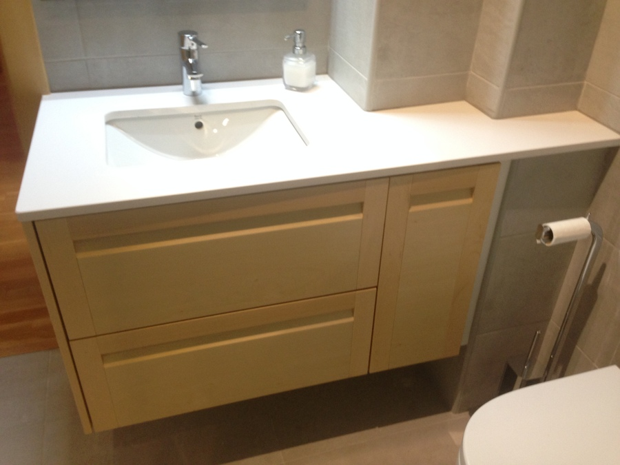 Foto mueble lavabo a medida de haya de dissenycubico for Muebles para debajo del lavabo