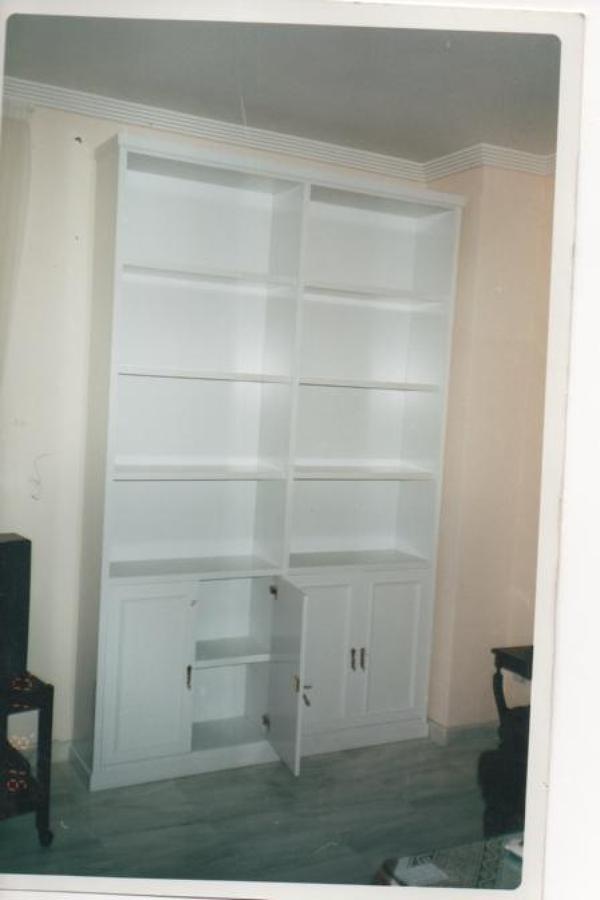 Foto mueble librer a lacado en blanco de carpinter a - Mueble lacado blanco ...