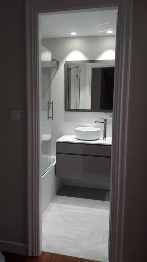 mueble suspendido en baño
