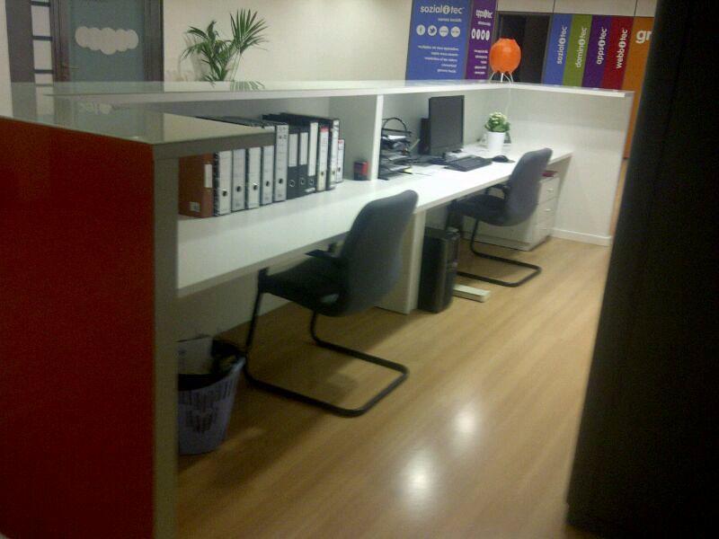 Muebles a medida. Mostrador comercial. Acabado interior