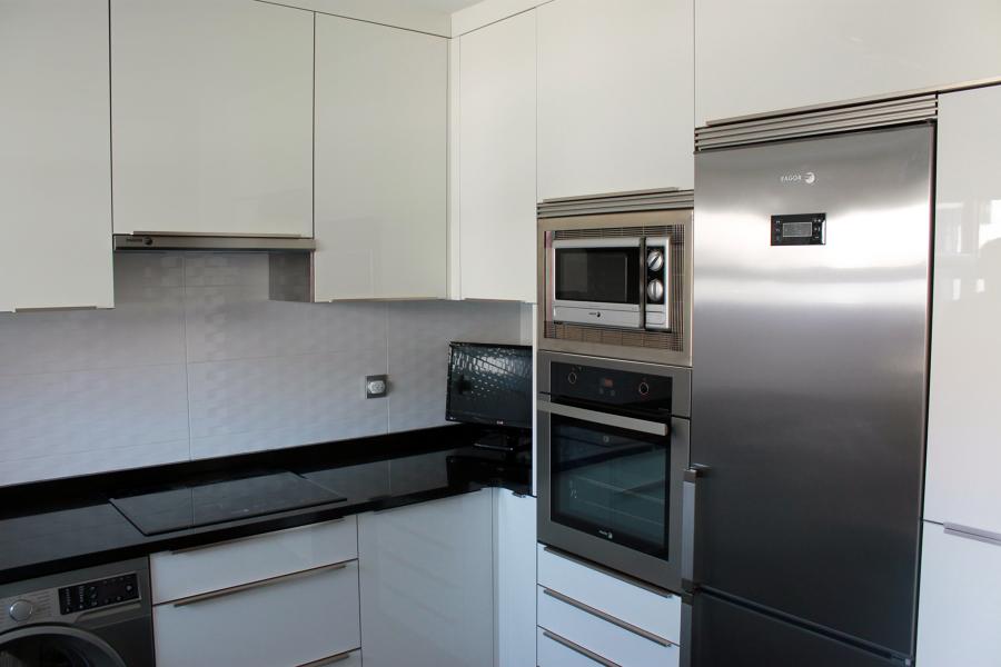 Cocina blanca y negra ideas reformas cocinas for Muebles de esquina para cocina