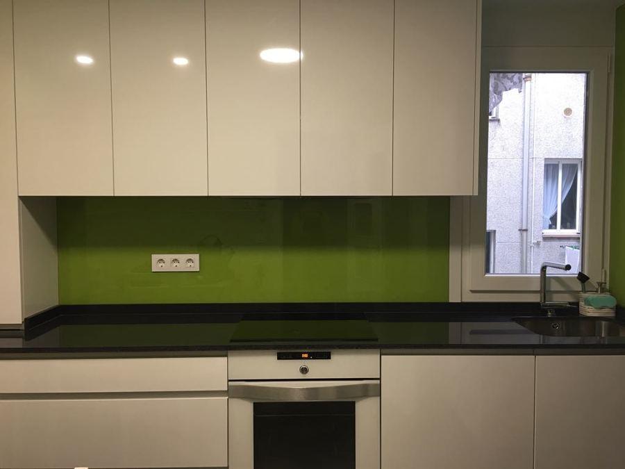 Muebles de cocina sin tiradores a la vista, optimizando el servicio.