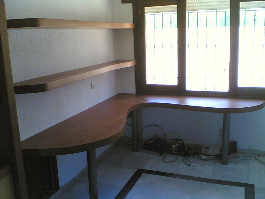 Muebles de estudio. Escritorio y baldas.