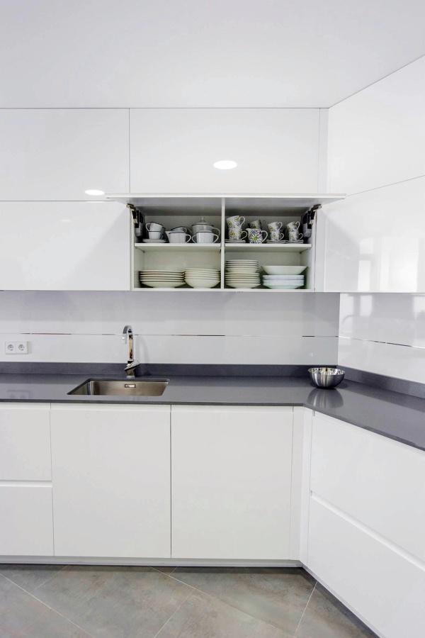 Montaje de cocina muebles lacados blancos brillo ideas for Muebles lacados en blanco baratos