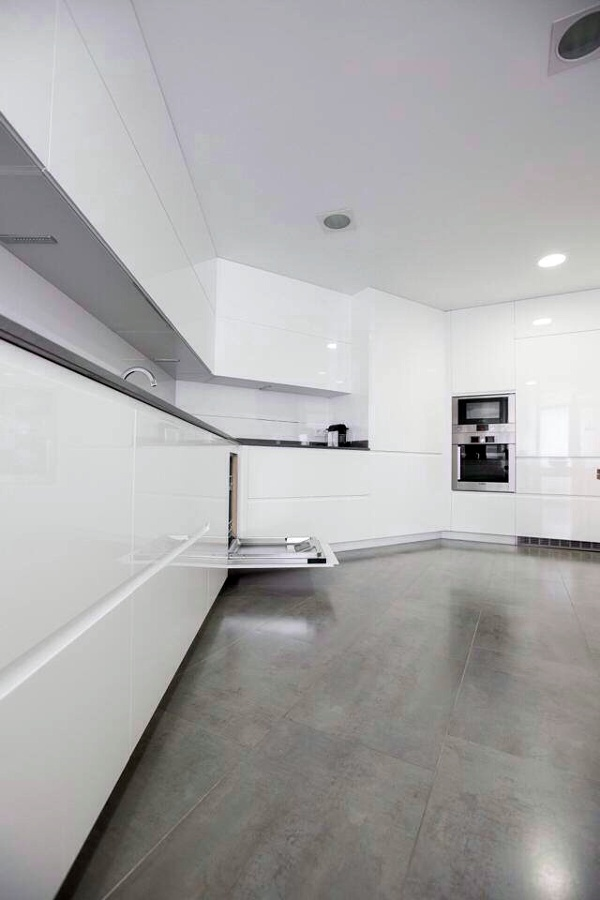 Montaje de cocina muebles lacados blancos brillo ideas - Muebles lacados en blanco brillo ...