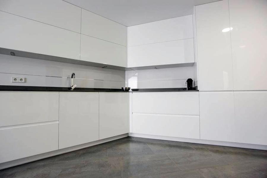 montaje de cocina muebles lacados blancos brillo ideas