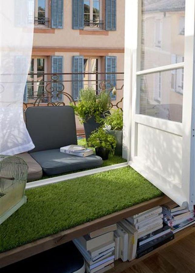 muebles y suelo de balcón con césped artificial