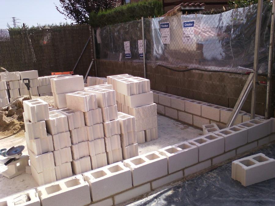 Muro de bloques blanco cara split en madrid ideas alba iles - Muro de bloque de hormigon ...