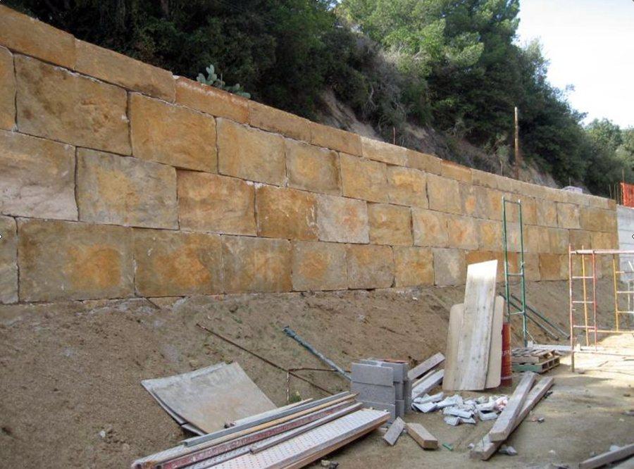 Muro escollera bloques imitaci n piedra ideas excavaciones - Muros de piedra construccion ...