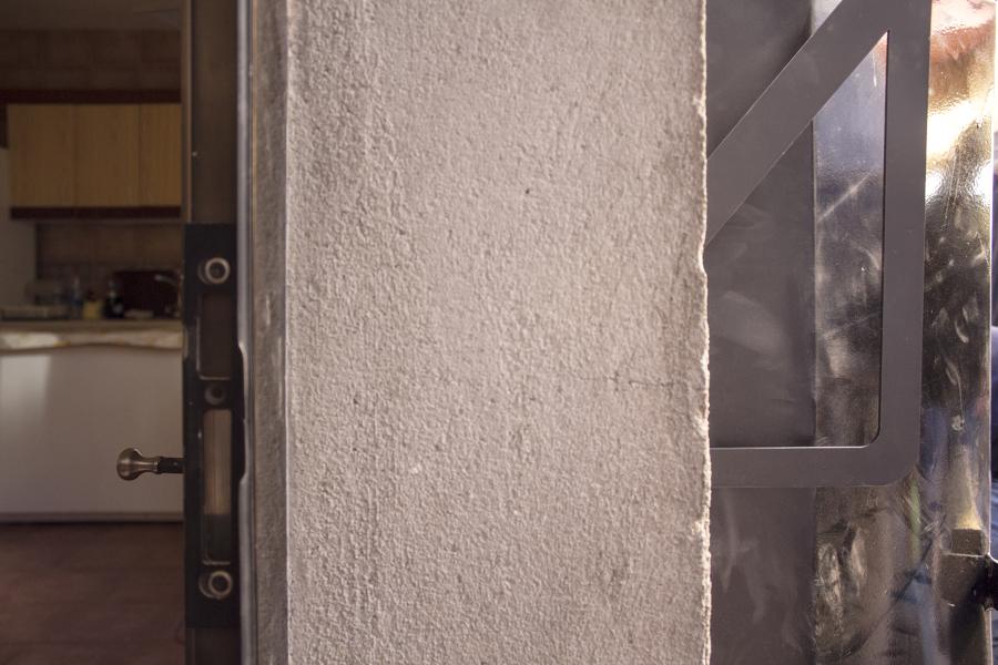 Muro de cocina donde hemos encastrado la chimenea de carga exterior