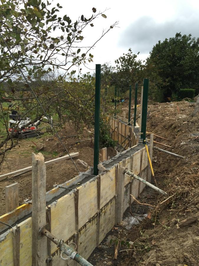 Muro encofrado con los postes ya colocados