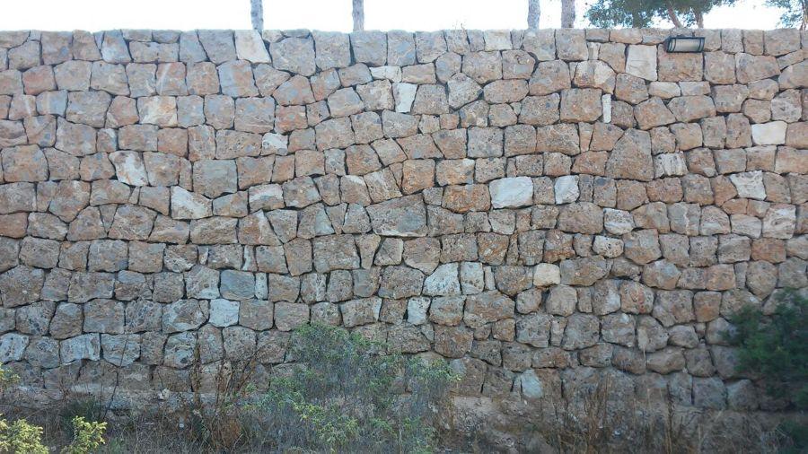 Trabajos pared de piedra viva zona ajardinada en ibiza - Construccion casas de piedra ...