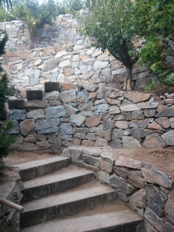 muros de piedra y escaleras de traviesas