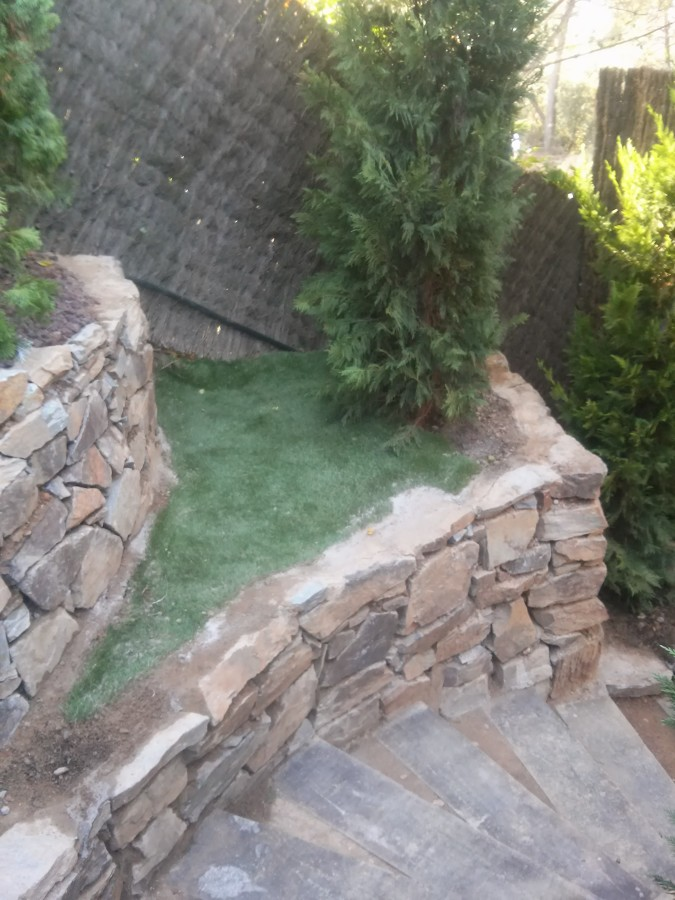Muros de piedra y escaleras traviesas ideas reformas - Imagenes de muros de piedra ...
