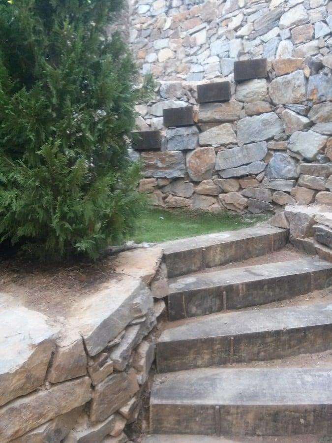 Muros de piedra y escaleras traviesas ideas reformas - Muro de piedra natural ...