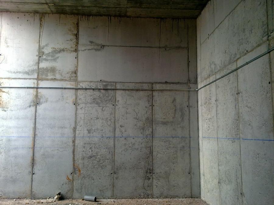 Muros ejecutados bajo la vía.
