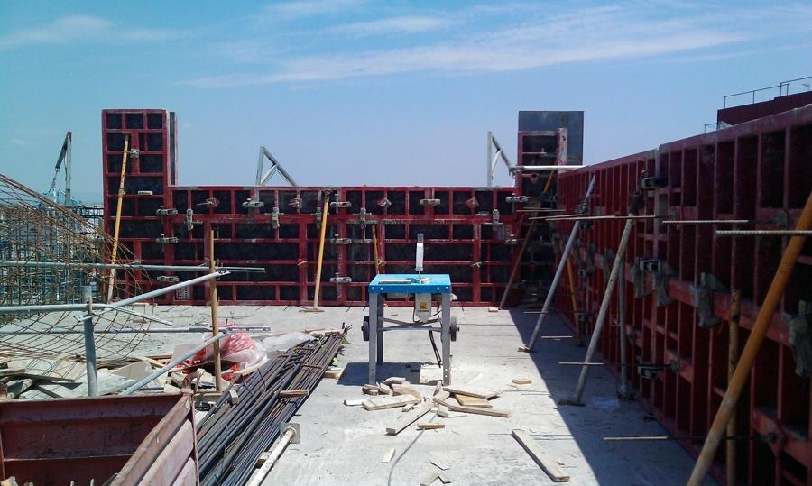 Muros en perímetro de obra en cubierta.