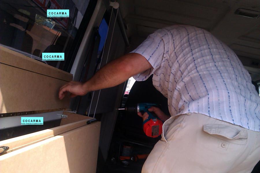 Asegurando a las paredes del furgón