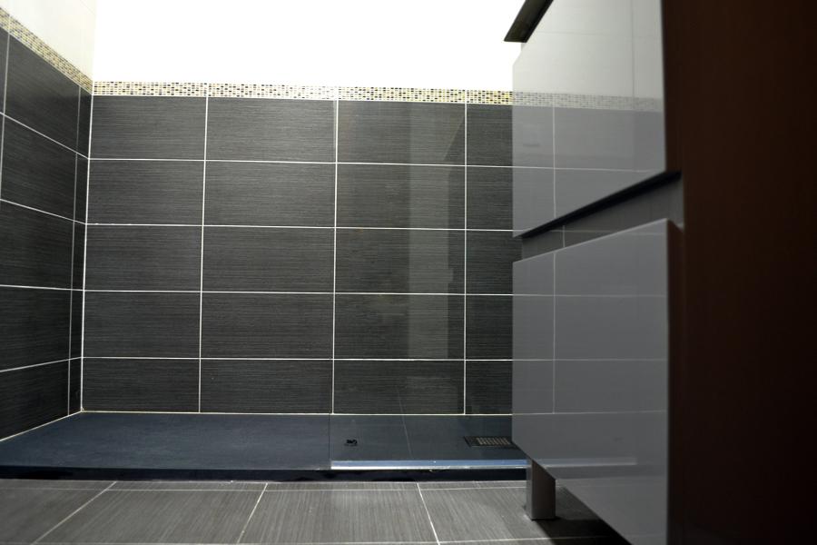Ba os azulejos media altura - Alicatados banos modernos ...