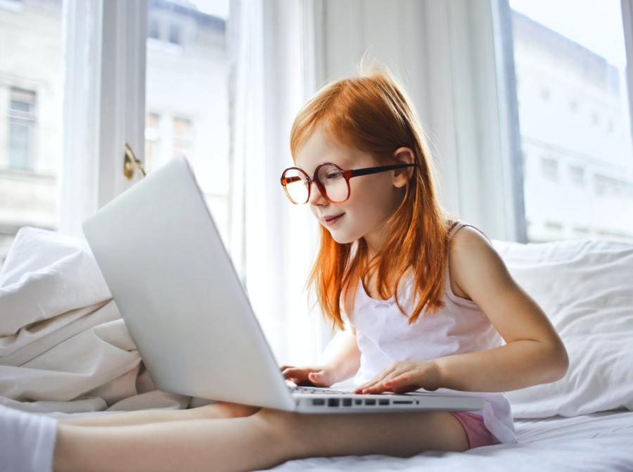 Niña con ordenador
