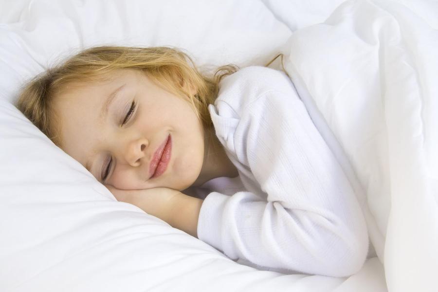 Niña durmiendo en pijama