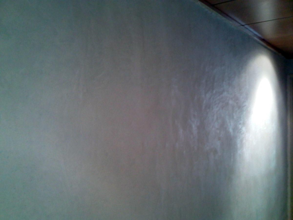 Paredes del pasillo ya sin gotelé y preparada para pintar