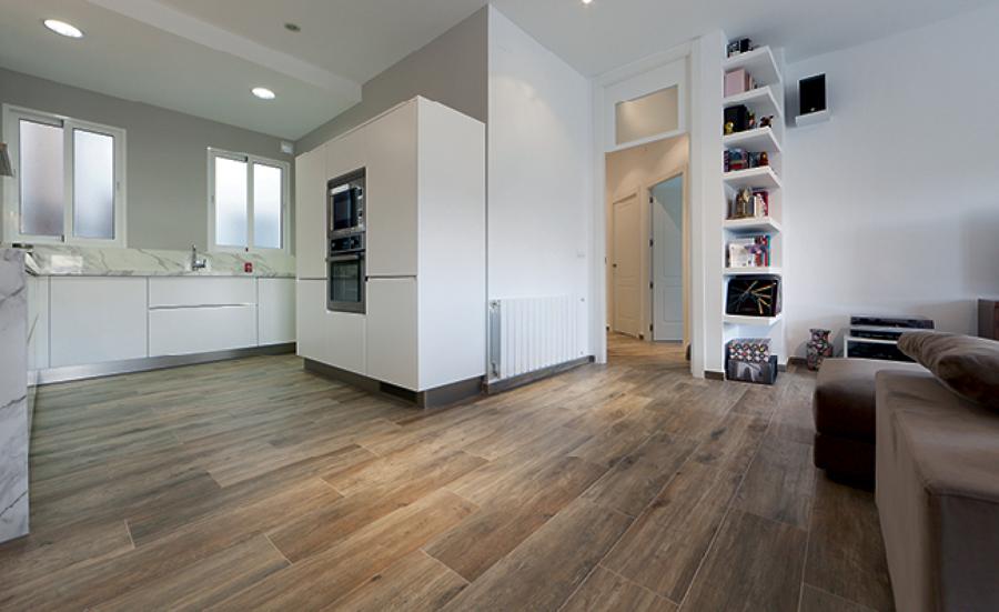 Una vivienda moderna con una espectacular cocina office ideas reformas viviendas - Porcelanico imitacion madera exterior ...